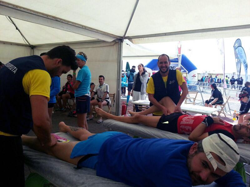 Fisioterapeutas tratando a los deportistas en el Desafío Octava Isla 2016