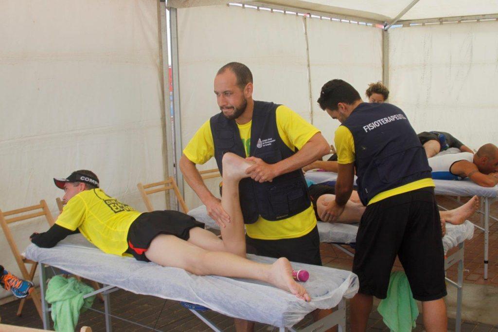 Imágenes de los fisioterapeutas tratando a los deportistas en el Desafío Octava Isla 2016