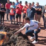 El seleccionador español de fútbol, Lopetegui, encendió la 'Antorcha de la Concordia', que recorre hoy Lanzarote para promover el juego limpio