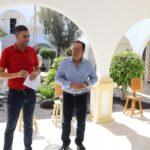 El Servicio Insular de Deportes hace entrega de material para la práctica de la pelotamano a los centros de enseñanza